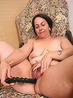 Full mature hottie playing with a big rubber toy