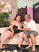 Plump mama blows lucky dad's meaty shlong