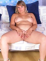 Naked overweight blondie spreads her spare hips