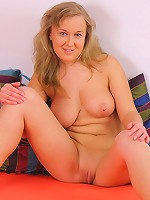 Beautiful fat girlie with perfect round moneymaker
