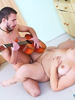 Minstrel plays guitar while fucking a plumper babe