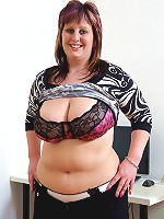 Plump young beauty exposes her amazing bare curves