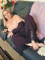 Chubby Naked Babe Playing Chain on the Sofa with Pussy Close-Ups